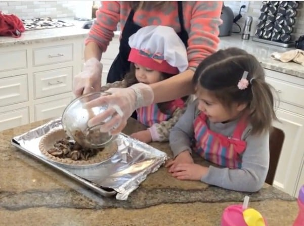 kids cooking with mommy
