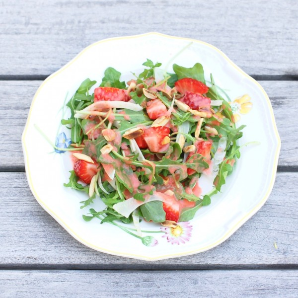 Sweet, juicy strawberries, crisp fennel, peppery arugula, and crunchy toasted almonds are tossed together in a sweet and elegant strawberry Champagne vinaigrette dressing for an easy weeknight side dish or festive appetizer for company. @jlevinsonrd